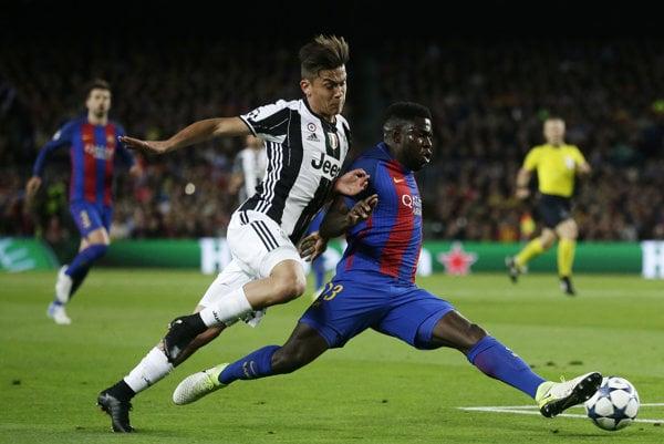Samuel Umtiti (vpravo) zvádza súboj o loptu s Paulom Dybalom z Juventusu.