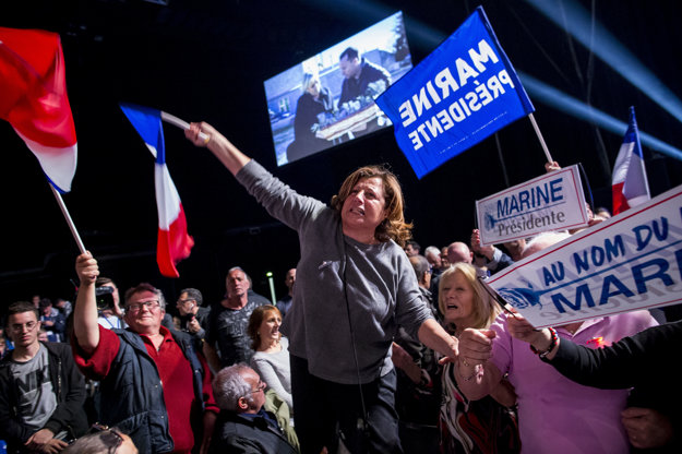Voliči Le Penovej počas mítingu v Marseille.