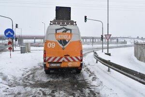 Auto diaľničnej patroly blokuje vjazd na diaľnicu D1.