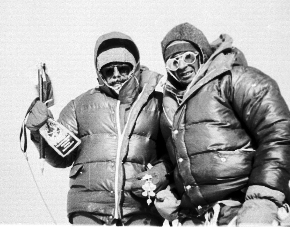 Slovenskí horolezci Zoltán Demján (vľavo) a Jozef Psotka vystúpili 15.  októbra 1984 na cbd48aa7a9e