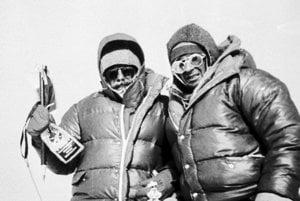 Slovenskí horolezci Zoltán Demján (vľavo) aJozef Psotka vystúpili 15. októbra 1984 na najvyššiu horus veta Mount Everest.