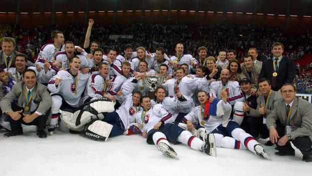Slovenskí hokejisti s trofejou pre majstra sveta.