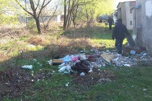 Aprílové čistenie nelegálnej skládky. Za garážami sa nachádzalo vyše troch ton odpadu.