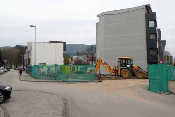 Výstavba polyfunkčného domu na križovatke Mostovej a M. Madačova by mala podľa plánov investora trvať do konca roka 2017.