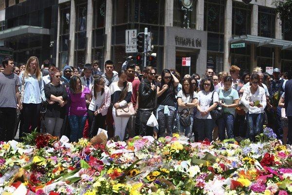 Ľudia v Sydney včera kládli kytice na pamiatku dvoch obetí.
