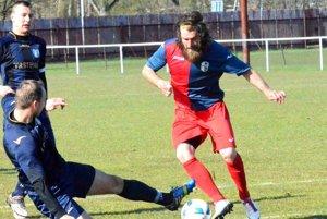 Tomáš Mravec (s loptou), jarná posila Dynama, prispel kvýhre svojho mužstva jedným gólom.