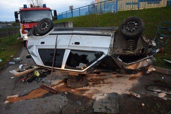 Vodič zostal pod autom.