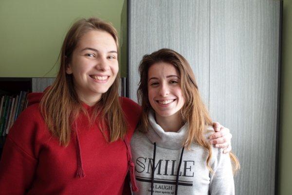 Mladé reportérky Laura Partiková (vľavo) a Nina Mokrá.