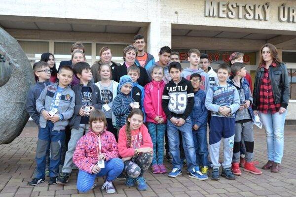 Spoločná fotografia detí pred Mestským úradom v Turzovke.