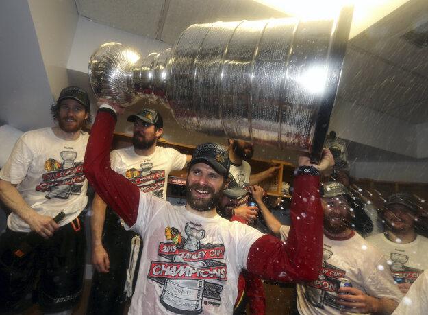 Michal Handzuš so slávnym Stanley Cupom.