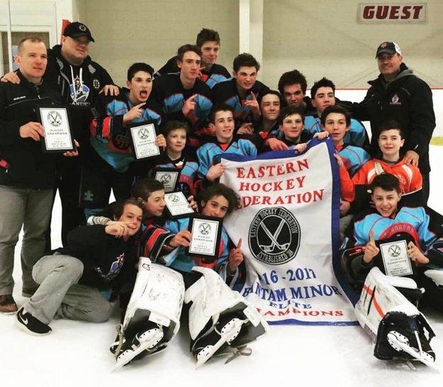 Družstvo Islanders Hockey Team U14 vyhralo kategóriu Elite v Eastern Hockey Federation. Druhý rok po sebe. Tréner Molnár stojí celkom vľavo.