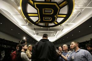Slovenský obranca Zdeno Chára (uprostred) z Bostonu Bruins odpovedá na otázky novinárov 25. apríla 2017 v Bostone