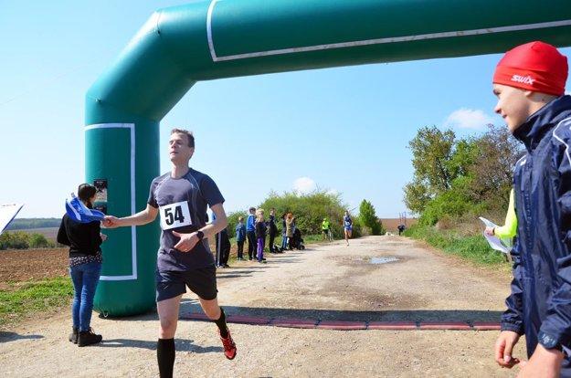 Celkovým víťazom medzi mužmi na 9,3 km sa stal Matúš Kompas zo Šale.