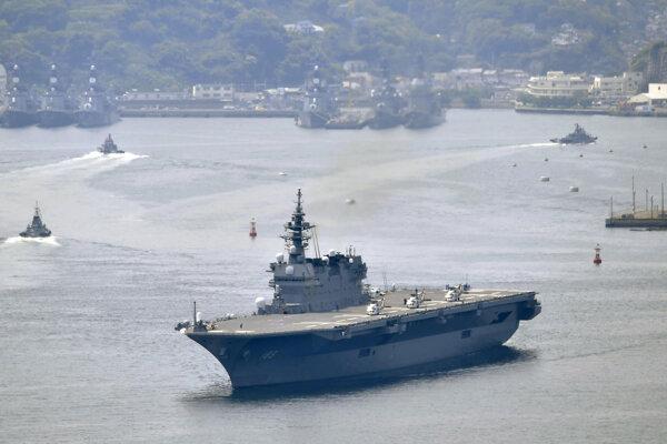Torpédoborec Izumo vyplával z prístavu mesta Jokosuka.