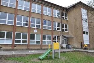 Škola žiadala výmenu okien už dlhšiu dobu.