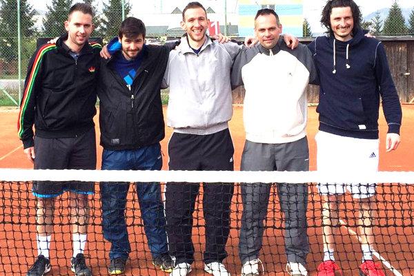 Tenisti zČadce po zápase vRajci zapózovali. Zľava Martin Pištek, Daniel Jurga, Peter Pištek, hrajúci kapitán: Miloš Herman aMatej Baliak.