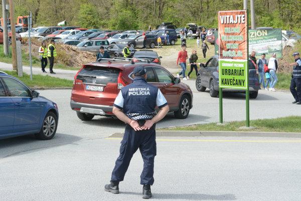 Dohľad polície. Na parkovacích plochách k incidentom kvôli výberu parkovného včera nedošlo.