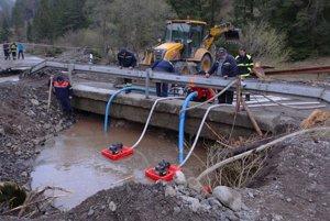 Práce na ceste v Malužinej po povodni stále pokračujú.