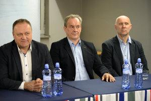 Zľava generálny manažér HC Košice Juraj Bakoš, nový tréner HC Košice Milan Jančuška a jeho asistent Jerguš Bača počas tlačovej konferencie hokejového klubu HC Košice.