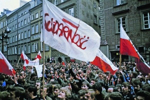 Ekonomická kríza, zvyšovanie cien a ďalšie masové štrajky vyústili v roku 1980 do vzniku odborárskeho hnutia Solidarita a ďalších nezávislých organizácií študentov i roľníkov.