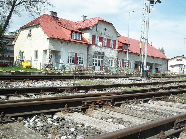 Železnice stanicu priamo vmeste opravujú priebežne.