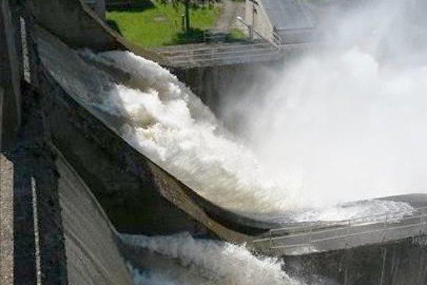 Vody vo Váhu je veľa. Spúšťanie cez priehradu v Nosiaciach si ľudia fotografovali aj počas víkendu. Voda je nebezpečný živel.
