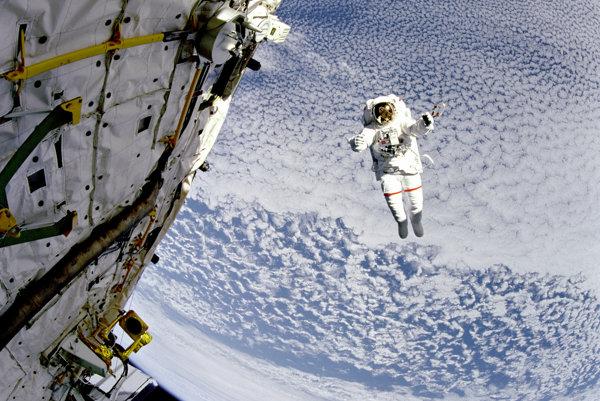 Astronaut počas výstupu do otvoreného vesmíru.
