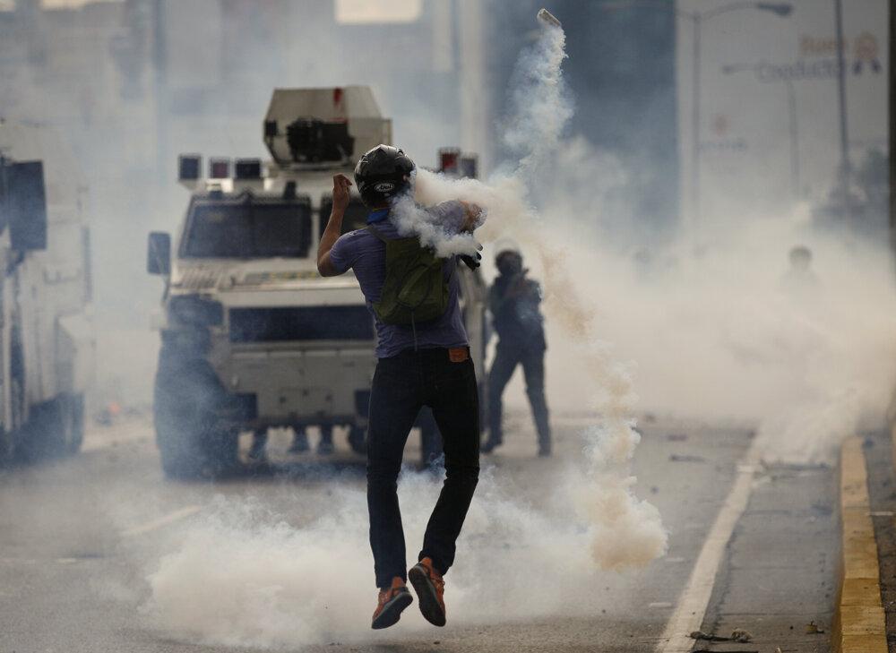 Demonštrant počas protivládneho protestu.