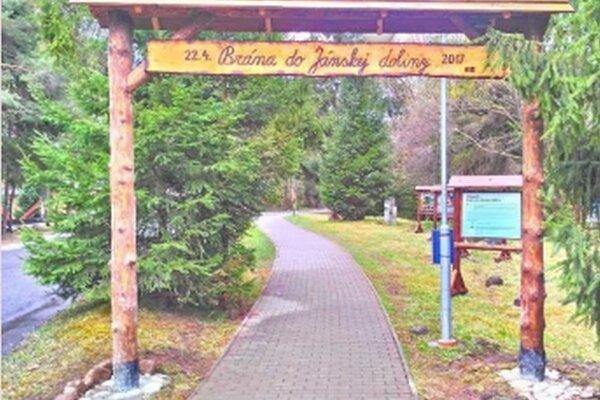 Brána vovedie návštevníkov do národného parku amala by ich upozorniť, ako sa vňom treba správať.