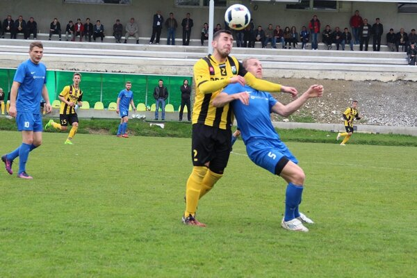 Oravské Veselé (v žlto-čiernych dresoch) a Tvrdošín (v modrom) sa postarali o pekné futbalové predstavenie.