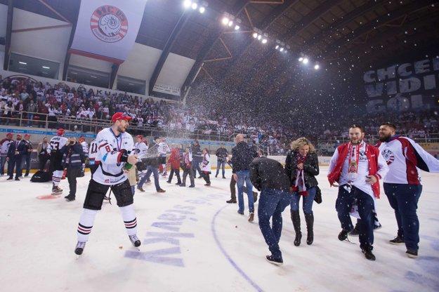 Michal Sersen (s číslom 8) oslavuje zisk titulu v drese Banskej Bystrice.