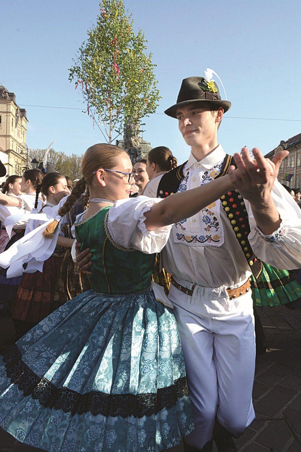 Stavanie mája. Obľúbenou tradíciou i so sprievodom mestom otvoril primátor Raši 23. ročník osláv Dňa Košíc. Stovky návštevníkov na Hlavnej potešili folkloristi veselým tancom a spevom.