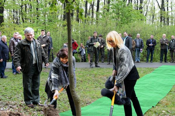 Lenártová so Smolkovou. Dvojica žien sa musela pri sadení stromu chopiť náradia.