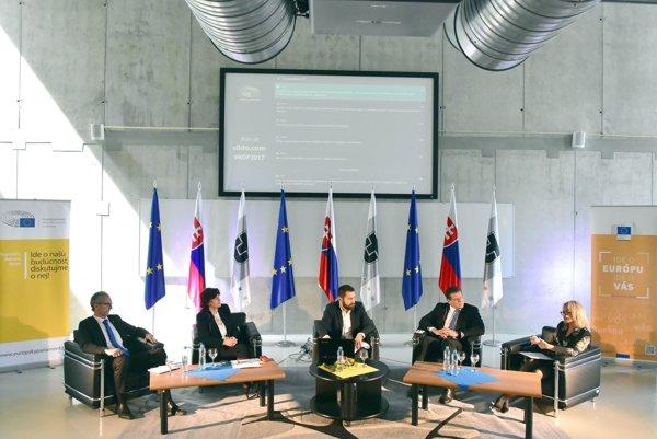 Na snímke zľava poslanci EP Ivan Štefanec a Monika Smolková, štvrtý zľava podpredseda Európskej komisie Maroš Šefčovič a vpravo viceprimátorka mesta Košice Renáta Lenártová.