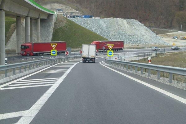 Krátky zjazd z diaľnice pri Dubnej Skale spôsobuje vodičom stres. Nestihnú ubrzdiť.