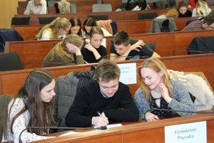 Trojica prievidzských gymnazistov (v popredí) vyhrala krajskú súťaž Mladý Európan.