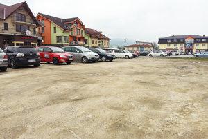 Po oboch stranách vjazdu na nábrežie sú plochy vhodné na nové parkoviská.