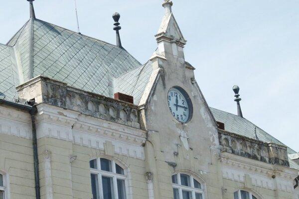 Mestský úrad v Leviciach rekonštruujú od minulého septembra. Takto vyzeral pred začatím prác.