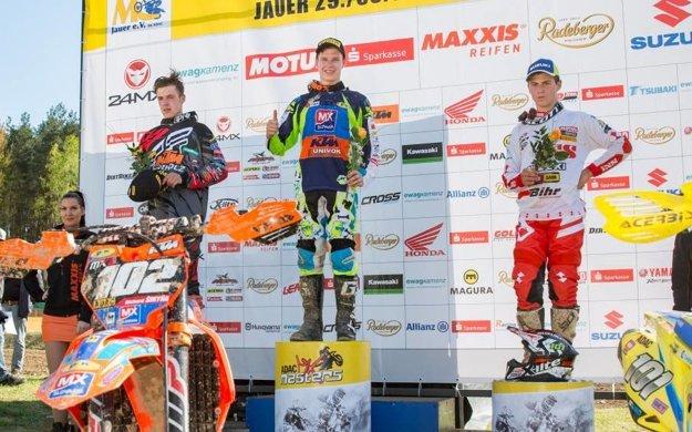 Richard Šikyňa (v strede) zvíťazil na pretekoch ADAC MX Masters ako prvý Slovák.