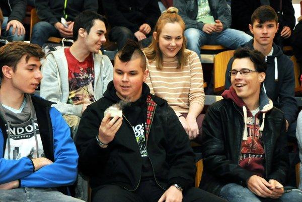 Študenti si mohli na popularizačných prednáškach vedu doslova ohmatať.