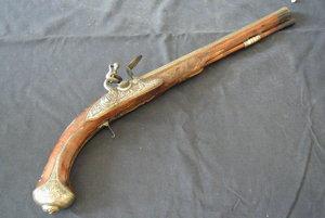 Jedna z ukradnutých pištolí je už späť na hrade Červený kameň.