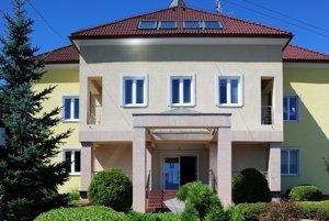 Obecný úrad v Opatovciach si zvyká na nový pracovný režim.