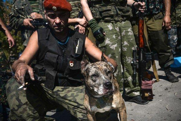 Donecký separatista so psom, ktorý má na vodidle granát.