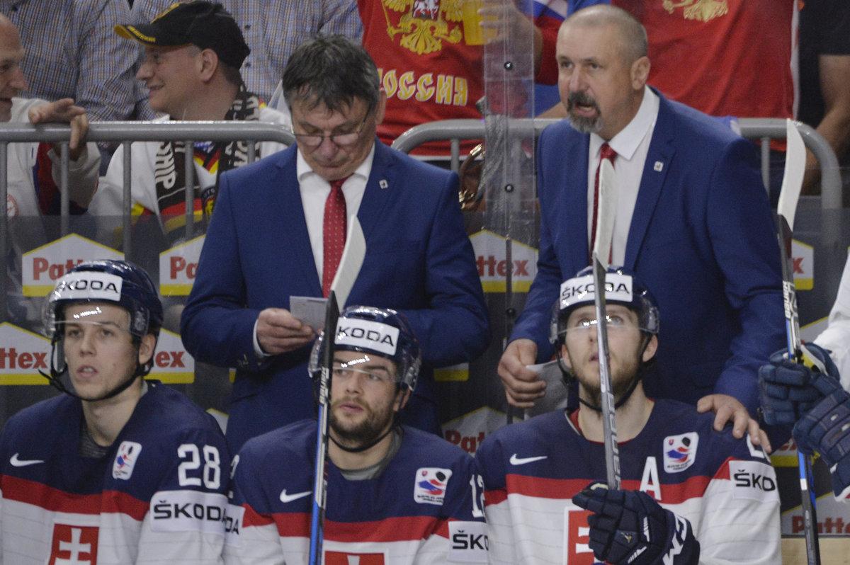 ee2ada34aed93 Zdeno Cíger (vpravo) počas zápasu s Ruskom rozdáva pokyny svojim zverencom.  Vľavo jeho