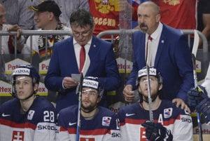 Zdeno Cíger (vpravo) počas zápasu s Ruskom rozdáva pokyny svojim zverencom. Vľavo jeho asistent Miroslav Miklošovič.