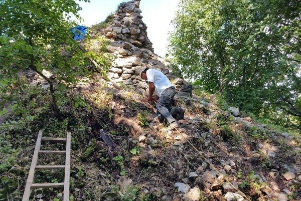 Obnova ruiny hradu Muráň. Štát podporil obnovu hradu nezamestnanými aj tento rok.