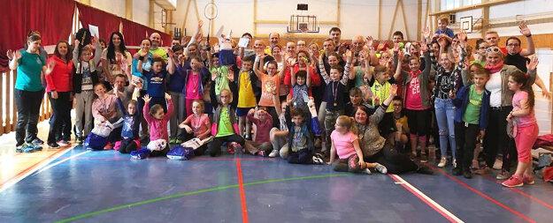 Účastníci rodinného bedmintonového turnaja.