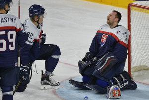 Smútok slovenského brankára Júliusa Hudáčka (vpravo) po jednom z inkasovaných gólov.