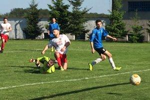 Moment pred jediným gólom hostí. Dal ho najlepší strelec súťaže Dušan Varga.