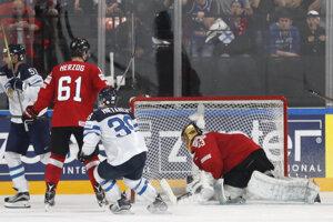 Radosť fínskych hokejistov po strelení rozhodujúceho gólu.